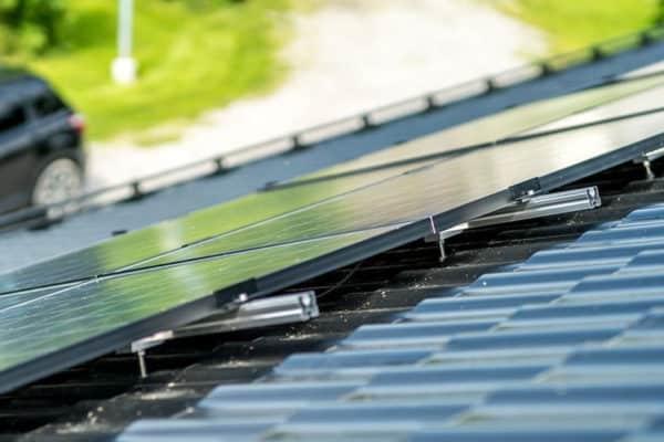 Aurinkopaneelit Joutsenen talon katolle